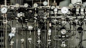Zona industrial, tuberías de acero, válvulas y escaleras Imagen de archivo libre de regalías