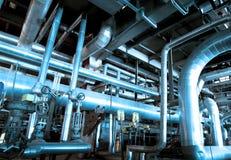 Zona industrial, tuberías de acero y cables Foto de archivo libre de regalías