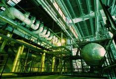 Zona industrial, tuberías de acero y cables Fotografía de archivo