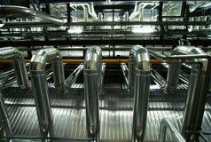 Zona industrial, tuberías de acero y cables Fotografía de archivo libre de regalías