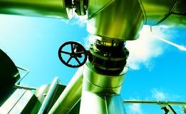 Zona industrial, tuberías de acero y válvulas Imágenes de archivo libres de regalías