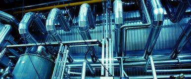 Zona industrial, tuberías de acero, válvulas y cables Fotos de archivo libres de regalías
