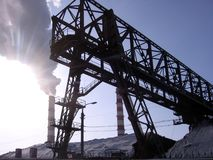 Zona industriale con i condotti termici, una costruzione metallica fotografia stock libera da diritti