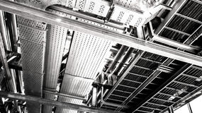 Zona industriale, condutture d'acciaio e cavi in una pianta Fotografie Stock