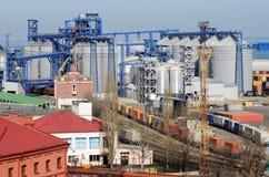Zona industriale del porto del carico del mare di Odessa con gli essiccatori di grano Fotografia Stock