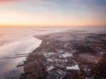 Zona industriale di Riga, Lettonia vicino al fiume di Daugava Mattina in anticipo di autunno fotografie stock libere da diritti
