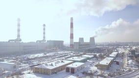 Zona industriale e camino di fumo sulla centrale elettrica nel paesaggio aereo della città Staks del fumo dai tubi della caldaia  video d archivio