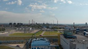 Zona industriale Il fumo bianco ? versato dal tubo della fabbrica contrariamente al sole Inquinamento dell'ambiente: a stock footage