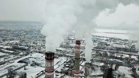 Zona industriale nell'inverno Il fumo bianco è versato dal tubo della fabbrica video d archivio