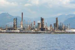 Zona industriale nella città di Milazzo sulla Sicilia immagini stock libere da diritti