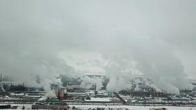 Zona industriale Voli fino ai tubi di fumo dello stabilimento chimico stock footage