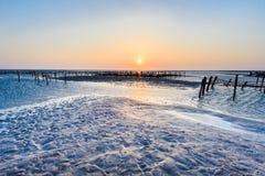Zona intertidal do beira-mar com por do sol bonito em Wangong imagens de stock royalty free