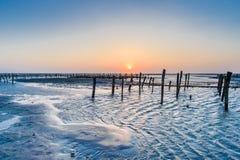 Zona intertidal do beira-mar com por do sol bonito em Wangong fotos de stock