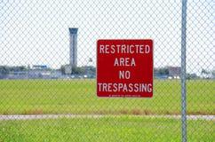 Zona limitata nessun segno trasgredicente all'aeroporto Fotografie Stock Libere da Diritti