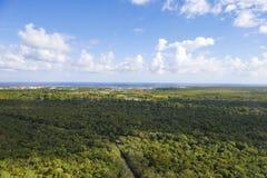 Zona litoral da República Dominicana Vista da cabina do piloto do helicóptero imagem de stock