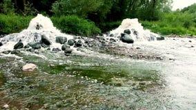 Zona mescolantesi di scarico di acque luride di acque luride urbane Inquinamento del fiume Scarichi della citt? video d archivio