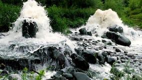 Zona mescolantesi di scarico di acque luride di acque luride urbane Inquinamento del fiume Scarichi della citt? stock footage