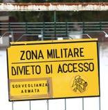 A zona militar assina fora de uma base militar em Itália foto de stock royalty free