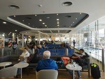 Zona para sentarse en el aeropuerto de Ezeiza de las puertas de embarque Imagen de archivo