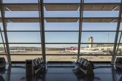 Zona para sentarse interior del aeropuerto de Kloten en Zurich, Suiza imagen de archivo libre de regalías