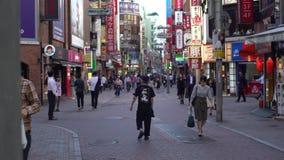zona peatonal japonesa de la ciudad de Shibuya del centro de la calle de la metrópoli que hace compras 4K metrajes