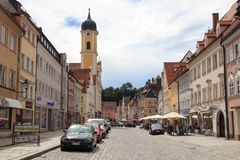 Zona pedonale con i negozi e la gente in vecchia città Kaufbeuren Fotografia Stock Libera da Diritti