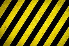 Zona pericolosa: Segnale di pericolo giallo e bande nere dipinte sopra la facciata grezza del muro di cemento con i fori e la str illustrazione di stock
