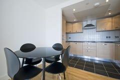 Zona pranzante e cucina di programma aperto moderno Fotografie Stock Libere da Diritti