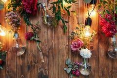 Zona rústica de la foto de la boda Las decoraciones hechas a mano de la boda incluyen las flores del rojo de la cabina de la foto Imágenes de archivo libres de regalías
