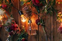Zona rústica de la foto de la boda Las decoraciones hechas a mano de la boda incluyen las flores del rojo de la cabina de la foto Imagenes de archivo