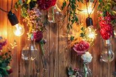 Zona rústica de la foto de la boda Las decoraciones hechas a mano de la boda incluyen las flores del rojo de la cabina de la foto Fotografía de archivo