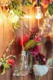 Zona rústica de la foto de la boda Las decoraciones hechas a mano de la boda incluyen las flores del rojo de la cabina de la foto Foto de archivo libre de regalías