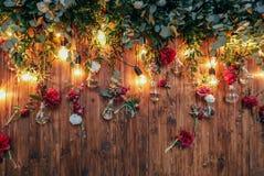 Zona rústica de la foto de la boda Las decoraciones hechas a mano de la boda incluyen las flores del rojo de la cabina de la foto Foto de archivo