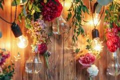 Zona rústica de la foto de la boda Las decoraciones hechas a mano de la boda incluyen las flores del rojo de la cabina de la foto Imagen de archivo libre de regalías