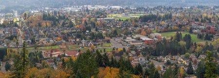 Zona residenziale felice della valle nel panorama di caduta Fotografie Stock Libere da Diritti