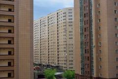 Zona residenziale moderna con gli edifici alti e poco spazio Immagini Stock Libere da Diritti