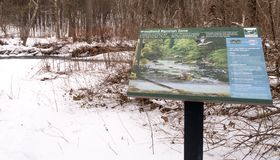 Zona rivierasca del terreno boscoso descrittivo del segno fotografia stock