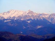 Zona rural del salvado - Moeciu; en el fondo los mountins de Bucegi imagen de archivo libre de regalías