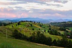 Zona rurale nei cieli drammatici di sotto carpatici Immagine Stock Libera da Diritti