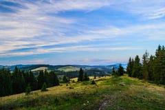 Zona rurale nei cieli drammatici di sotto carpatici Fotografie Stock Libere da Diritti
