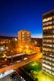 Zona urbana, apartamentos en la opinión de la noche Foto de archivo