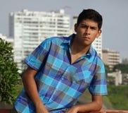 Zona urbana del muchacho adolescente hispánico Fotografía de archivo