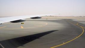 Zona vasta per le piste di atterraggio e di decollo Pista coperta di marcature gialle archivi video