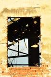 Zona vazia das janelas na parede velha imagens de stock