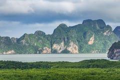 Zona verde del bosque del mar dentro del golfo de Phang Nga foto de archivo