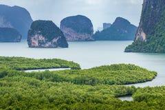 Zona verde del bosque del mar dentro del golfo de Phang Nga imagenes de archivo