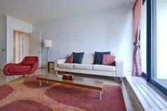 Zona vivente moderna con la mobilia del progettista immagine stock