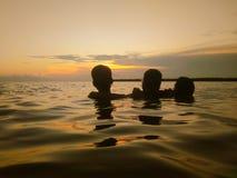 Zonbad op overzees stock afbeeldingen