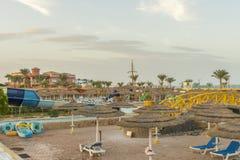 zonbedden in populair tropisch paradijs diep turkoois mediterraan zandig strand Paraplu's op het strando Overzees in a royalty-vrije stock foto