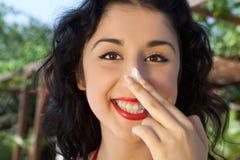 Zonbescherming op haar neus stock foto
